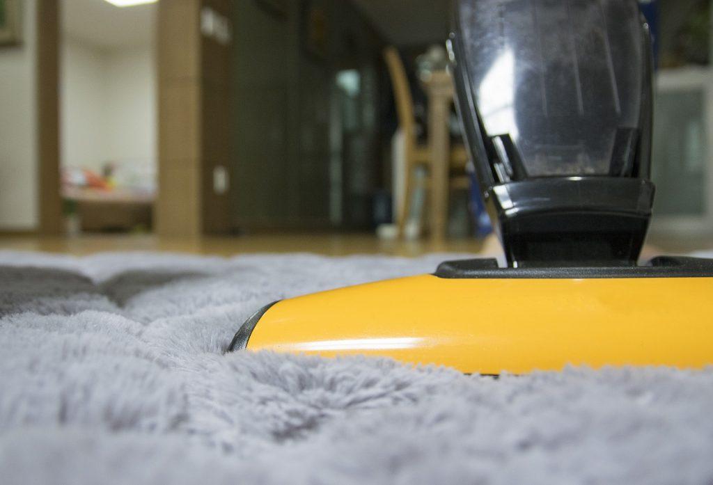 Aspirando alfombra de pelo largo