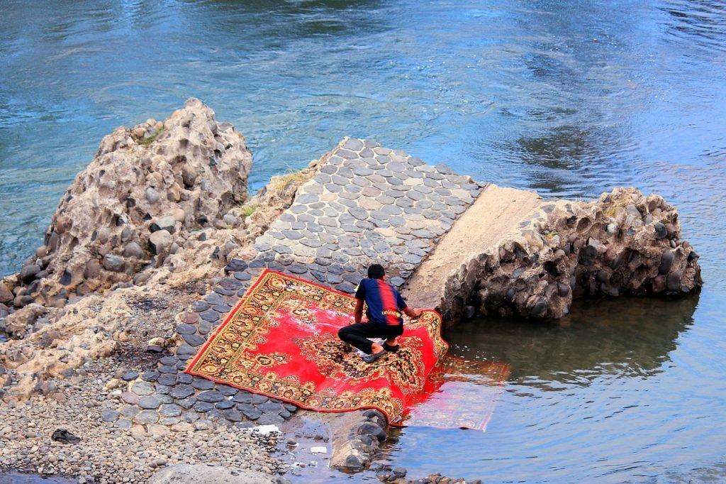Realizando limpieza profunda en el río