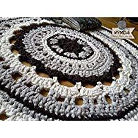 Alfombra hecha a mano redonda crochet marrón y beige.